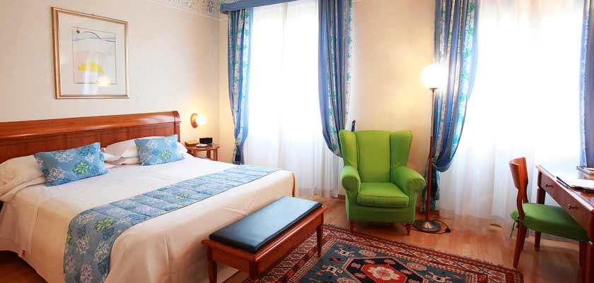Hotel Firenze, Verona, Italy - bedroom.jpg